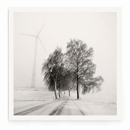 """""""Foggy Snowscape"""" Art Print. Schneelandschaft im Nebel in schwarz-weiß, getönt."""