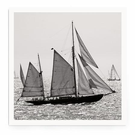 """""""Sailbioat III"""" Art Print von Lena Weisbek. Aus der Sailing Serie, Segelsschiffe in schwarz-weiß."""