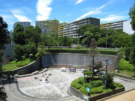 滝の広場と、後ろに見える若葉台団地