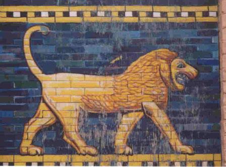 Dans la Bible Babylone est appelée « l'ornement des royaumes, la fière parure des Babyloniens ». Le lion ailé constitue l'une des caractéristiques de l'art babylonien. Il figure en grand nombre dans les bas-reliefs du chemin de procession à Babylone.
