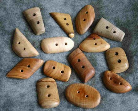 Knöpfe aus Holz, Holzknöpfe Pflaume, Wacholder, Birne, Kirsche handgemacht in Stralsund