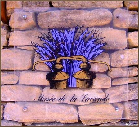 """Le """"Musée de la Lavande"""" à Coustellet (84) : panneau à la porte d'entrée"""