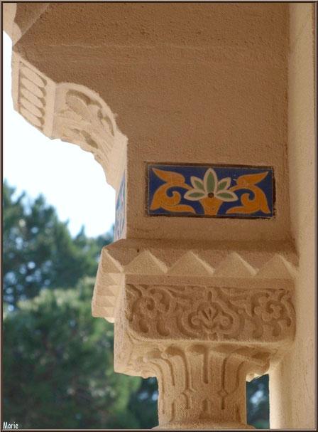 Chapelle Algérienne, détail haut du pilier droit du porche de l'entrée en sortant, Village de L'Herbe, Bassin d'Arcachon (33)