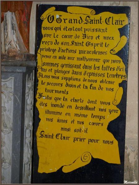 Prière à Saint Clair au pied de la statue de Saint Jean l'Evangéliste, église Saint Pierre de Mons à Belin-Beliet (33)