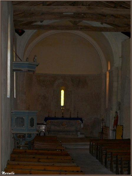 La nef, l'autel, la chaire, la statue de Saint Jean l'Evangéliste à l'église Saint Pierre de Mons, Belin-Beliet (Gironde)