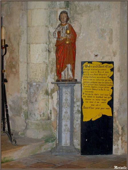 Statue de Saint Jean l'Evangéliste en bois plychrome et panneau avec prière à Saint Clair, église Saint Pierre de Mons à Belin-Beliet (33)