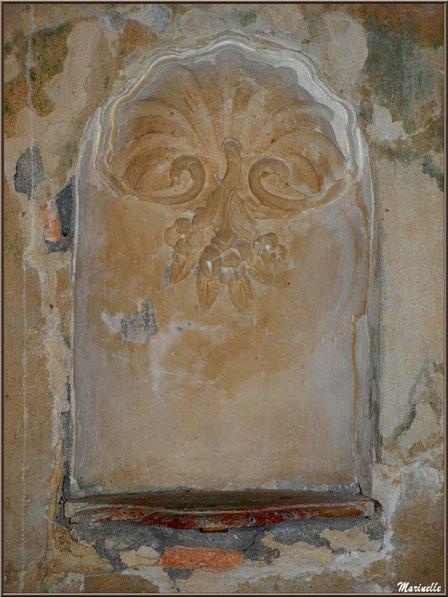 Sculpture murale d'une coquille rappelant les anciens pèlerinages de Saint Jacques de Compostelle, église Saint Pierre de Mons à Belin-Beliet (Gironde)