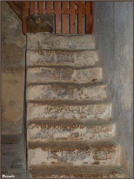 Escalier en pierre menant au balcon de l'église Saint Pierre de Mons à Belin-Beliet (Gironde)