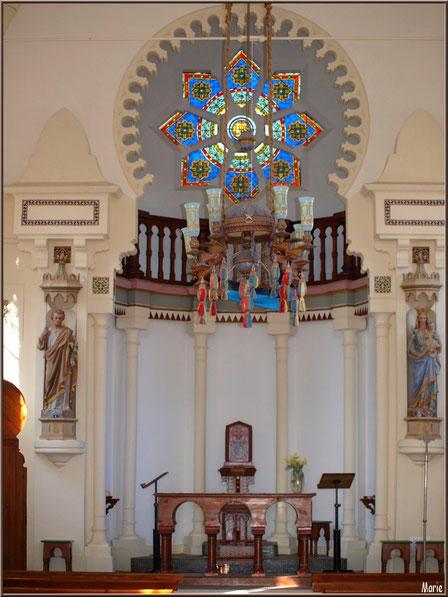 Chapelle Algérienne, la nef avec l'autel et son coffre à hosties en fond, lustre, balcon, statues...  Village de L'Herbe, Bassin d'Arcachon (33)