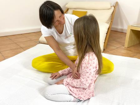 Shiatsu für Kinder, die Hand behandeln beruhigt
