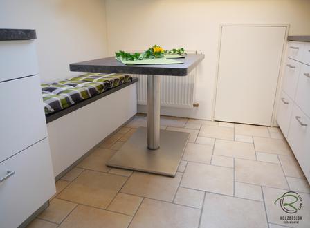 Küche in Dachschräge angepasst mir raumhohen maßangefertigeten Oberschränke für die Dachschräge in weiß mit Sitzplaz & höhenverstellbaren Tisch