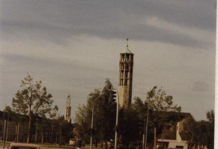 Im Vordergrund die evangelisch-lutherische Christus-Kirche, dahinter die katholische Christophorus-Kirche