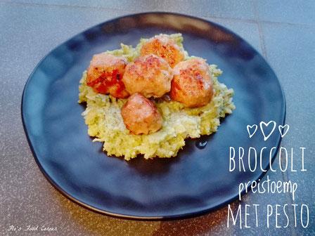 Broccoli-preistoemp met kippengehaktballetjes en uiensaus