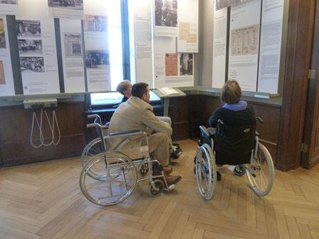 Drei Museumsmitarbeiter erkunden ihre eigene Ausstellung im Rollstuhl (Simulations-Seminar)