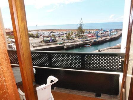 Blick von der Terrasse auf den Hafen von Puerto de la Cruz.