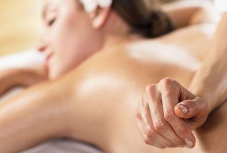 Hübsche Frau liegt entspannt auf Massageliege