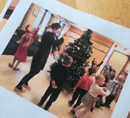 Clara und Kindergartenkinder beim Abschmücken des Weihnachstbaumes