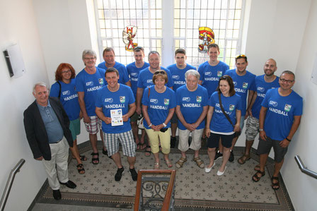 Die Weizer Handballer in blauen Shirts in Offenburg.