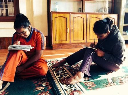 Manisha und Shioba beim morgendlichen Lernen