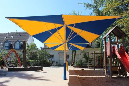 may Sonnenschirme sind der optimale Sonnenschutz im Kindergarten und bieten viele Vorteile gegenüber Sonnensegeln oder Markisen. Weitere Infos in diesem Artikel