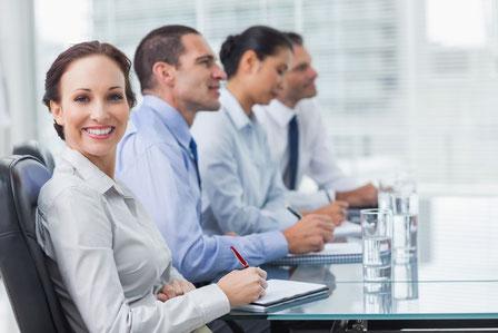 Empleados reunidos en una sala de trabajo de la empresa