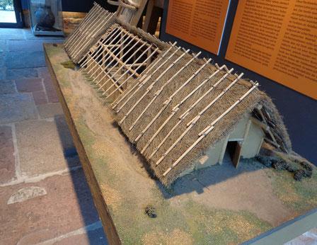 Bandkeramisches Hausmodell im Museum Herxheim