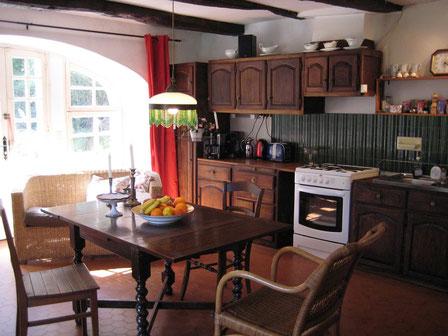 Komplett eingerichtete Küche mit massivem Eichenholz-Tisch.