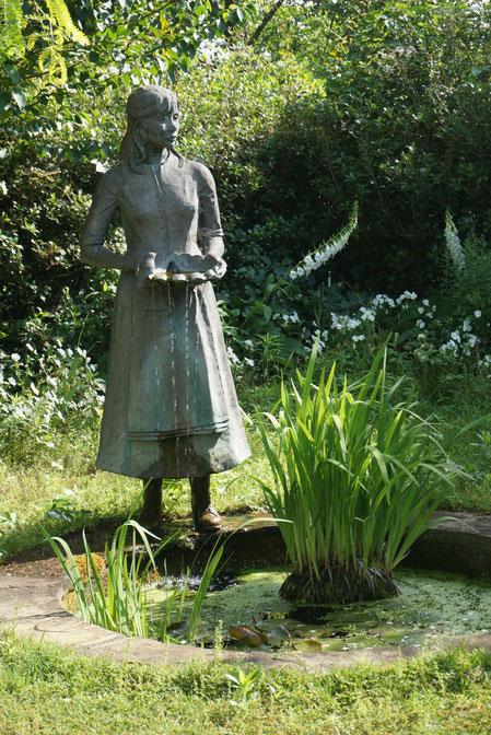 サマーハウスからはこの様な銅像と池が見られました 雰囲気出てます