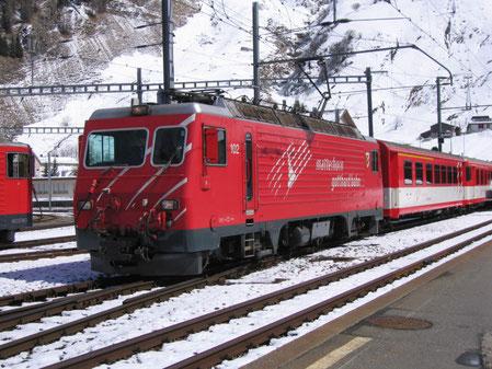 HGe 4/4 III 102 Lokomotive bei Einfahrt in Andermatt