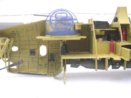 Innenfarbe Chromgeln, der Waffenstand als Teil der Außenfarbe in marineblau. Blick unten in den offenstehenden Bombenschacht.