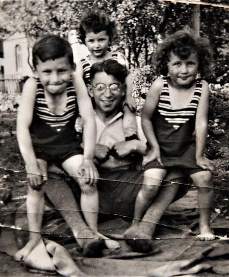 Ernst, Helmut, Margot zusammen mit Onkel Kurt (Foto: Privatbesitz Ute Siegeler)