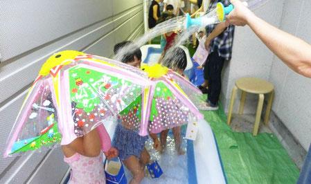 未就園児クラスは、教室プールを使った水遊びを楽しく行いました。