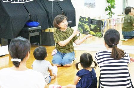 CDで屋久島の水の音を聞きながら、豊かな自然が描かれた絵本をみんなで楽しみました。
