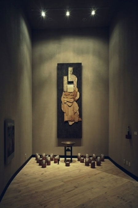 《Work for 'House of Sharing'》1998、木材にアクリル絵具、 インスタレーション、可変サイズ、ナヌムの家所蔵