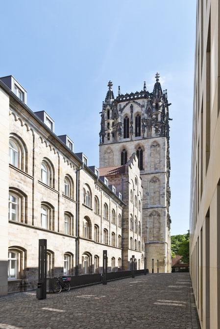 Ludgerihaus, im Hintergrund Überwasserkirchturm (11 Jhd.) mit der Marienglocke von 1415, Münster in Westfalen