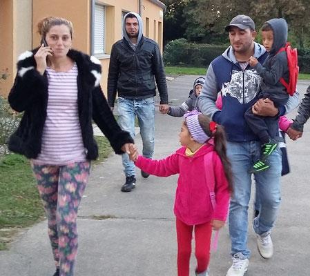Au 1er plan, Cosmina, Luiza, Nelu et Madalin (dans les bras de son papa) ... à la rentrée 2015