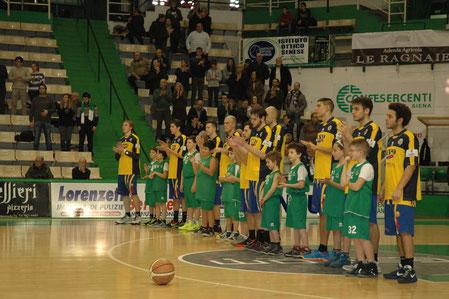 La squadra schierata sul parquet del PalaEstra (foto BTB)