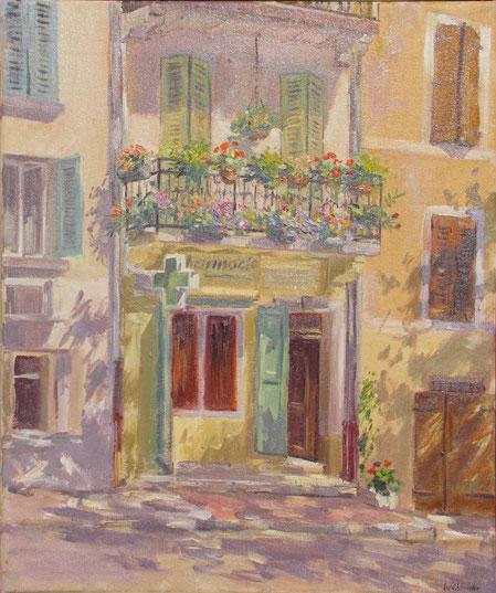 Le balcon fleuri au dessus de la pharmacie de Barjols en Provence.