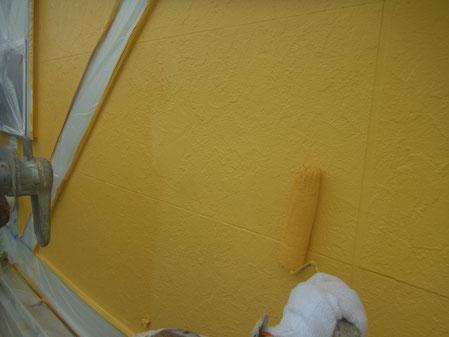 外壁上塗り中。