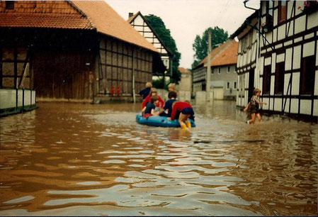 Blick in die Greener Marktstraße - Hochwasserstand 1981 mit 712 cm am Greener Pegel Foto: Archiv Heimatverein Greene