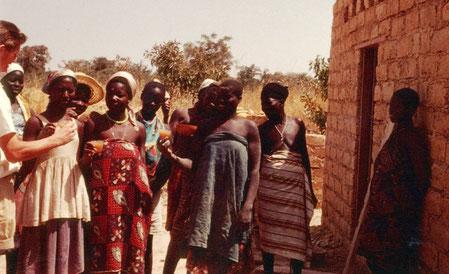 Auch diese Damen aus Imansgo haben auf der Baustelle geholfen.  Zum Dank dafür spendiert Tony ihnen ein Glas Dolo (afrikanisches Bier) welches aus Sorghum hergestellt wird. Auch heute noch eine Spezialität im Burkina Faso
