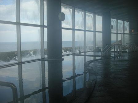 室内の湯船からも雄大なオホーツク海が見られます