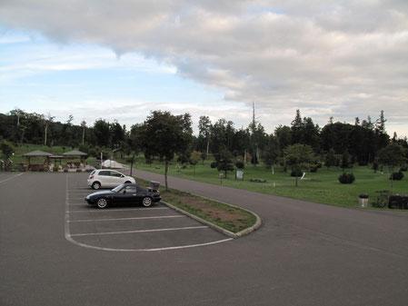 16:41 管理棟駐車場。パークゴルフ場も手入れが行き届き 大変綺麗