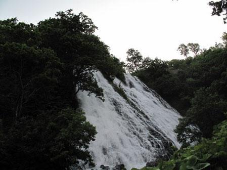 5:06 オシンコシン滝 この滝は斜めに水が滑り落ちている。水飛沫が凄く近づけない