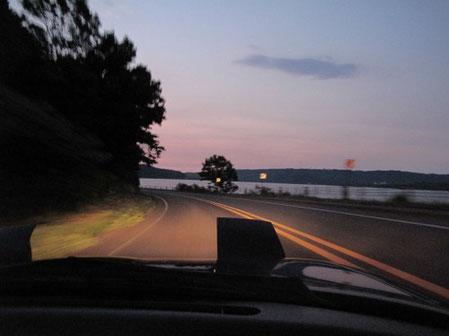 3:12 網走湖が前方に見えて来た 空はうっすら明るくなっている