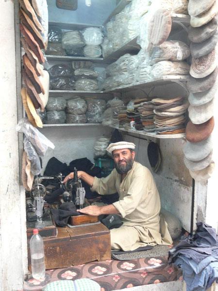 Artisant specialisé dans le pakol, le chapeau traditionnel des pachtouns