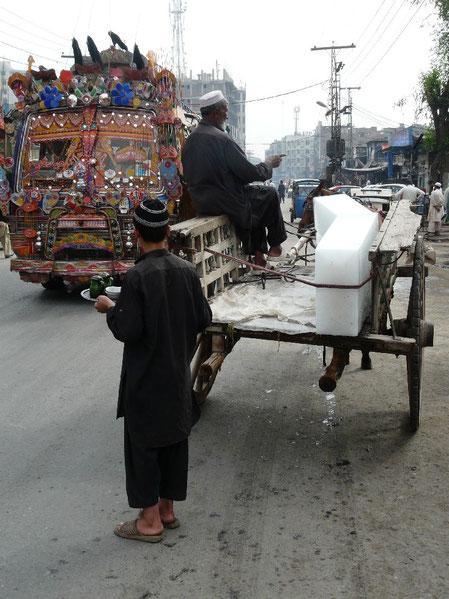 Dans la chaleur de Peshawar (35 degres) il faut se depecher si on ne veut pas perdre sa marchandise de blocs de glace !