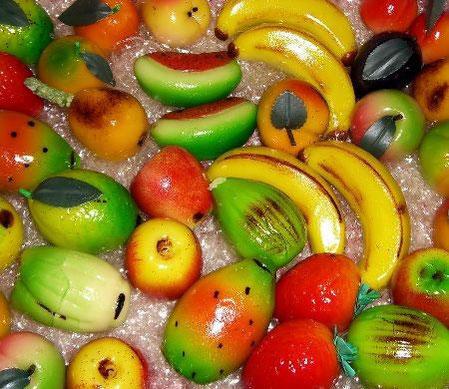 Frutta martorana, realizzata con pasta di mandorle locali.