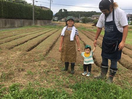 みっちゃんのご家族3人、畑で記念撮影