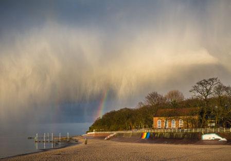 Regenbogen am Strand von Dangast mit dem Kurhaus nach einem heftigen Unwetter.